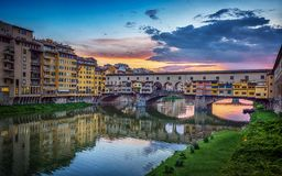 Άποψη βραδιού της γέφυρας Ponte Vecchio στον ποταμό Arno στη Φλωρεντία, Ιταλία στοκ φωτογραφία με δικαίωμα ελεύθερης χρήσης