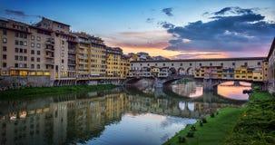 Άποψη βραδιού της διάσημης γέφυρας Ponte Vecchio στον ποταμό Arno στη Φλωρεντία, Ιταλία στοκ φωτογραφία με δικαίωμα ελεύθερης χρήσης