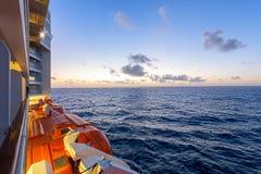 Άποψη βραδιού της θάλασσας από ένα σκάφος της γραμμής κρουαζιέρας με τις βάρκες ζωής και τον κρύο ωκεανό στοκ φωτογραφία με δικαίωμα ελεύθερης χρήσης