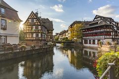 Άποψη βραδιού της λεπτοκαμωμένης Γαλλίας - ένα ιστορικό τέταρτο της πόλης του Στρασβούργου στοκ φωτογραφία