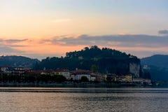 Άποψη βραδιού της πόλης από τη λίμνη Σκιαγραφία της πόλης στο ηλιοβασίλεμα Ιταλία, Arona τονισμός Στοκ φωτογραφίες με δικαίωμα ελεύθερης χρήσης