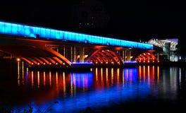 Άποψη βραδιού του ποταμού αγάπης και της φωτισμένης γέφυρας στοκ εικόνα με δικαίωμα ελεύθερης χρήσης