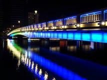 Άποψη βραδιού του ποταμού αγάπης και της φωτισμένης γέφυρας στοκ φωτογραφίες