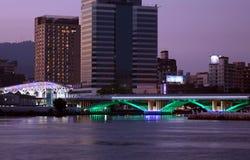 Άποψη βραδιού του ποταμού αγάπης και της φωτισμένης γέφυρας στοκ φωτογραφίες με δικαίωμα ελεύθερης χρήσης