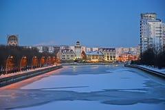 Άποψη βραδιού του χωριού ποταμών και ψαριών Pregolya το χειμώνα Kaliningrad Στοκ Εικόνα