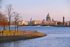 Άποψη βραδιού από τον ποταμό Neva σε Άγιο Πετρούπολη, Ρωσία Στοκ φωτογραφία με δικαίωμα ελεύθερης χρήσης