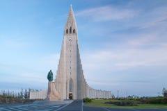 Άποψη βραδιού διάσημου Hallgrimskirkja Στοκ φωτογραφία με δικαίωμα ελεύθερης χρήσης
