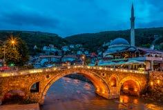 Άποψη βραδιού στην παλαιά γέφυρα πετρών σε Prizren Στοκ Εικόνες