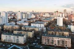 Άποψη βραδιού σχετικά με την κατοικημένη κατασκευή Μόσχα Στοκ φωτογραφία με δικαίωμα ελεύθερης χρήσης