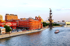 Άποψη βραδιού σχετικά με τον κόκκινο Οκτώβριο manufactory και το Peter Ι μνημείο Στοκ Εικόνες