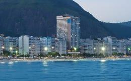 Άποψη βραδιού της παραλίας Copacabana στο Ρίο ντε Τζανέιρο στοκ φωτογραφία με δικαίωμα ελεύθερης χρήσης