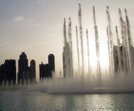 Άποψη βραδιού της πηγής του Ντουμπάι κοντά στη λεωφόρο του Ντουμπάι στο Ντουμπάι, Ε.Α.Ε. στοκ φωτογραφία