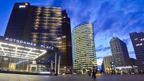 Άποψη βραδιού Potsdamer Platz - οικονομική περιοχή του Βερολίνου, Γερμανία απόθεμα βίντεο