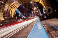 Άποψη γεφυρών του Λονδίνου τη νύχτα στοκ φωτογραφίες