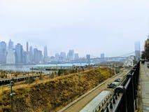 Άποψη γεφυρών του Μπρούκλιν πέρα από τον ανατολικό ποταμό στοκ εικόνα με δικαίωμα ελεύθερης χρήσης