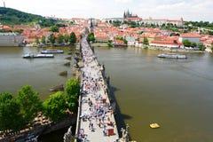 Άποψη γεφυρών του Charles από τον παλαιό πύργο πόλης γεφυρών Πράγα cesky τσεχική πόλης όψη δημοκρατιών krumlov μεσαιωνική παλαιά Στοκ εικόνα με δικαίωμα ελεύθερης χρήσης