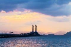 Άποψη γεφυρών Penang από την ακτή Στοκ Φωτογραφία