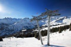Άποψη για να κάνει σκι κλίσεις και chairlifts σκι στην κορυφή του σκι Fellhorn στοκ εικόνες με δικαίωμα ελεύθερης χρήσης