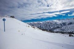 Άποψη για να κάνει σκι κλίσεις με κοτλέ chairlifts σχεδίων και σκι στοκ εικόνες