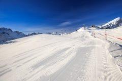 Άποψη για να κάνει σκι κλίσεις με κοτλέ chairlifts σχεδίων και σκι στοκ εικόνα με δικαίωμα ελεύθερης χρήσης