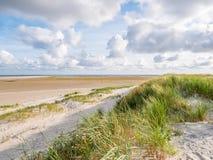 Άποψη για να στρώσει με άμμο τα επίπεδα Wadden της θάλασσας at low tide από τους αμμόλοφους και beac στοκ φωτογραφία με δικαίωμα ελεύθερης χρήσης