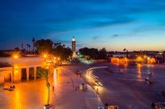 Άποψη για το μιναρές του μουσουλμανικού τεμένους Koutoubia από την πλατεία Jemaa EL-Fnaa στοκ φωτογραφίες