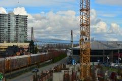 Άποψη γραμμών πόλεων μια ηλιόλουστη ημέρα με έναν μπλε ουρανό και άσπρα σύννεφα Στοκ φωτογραφία με δικαίωμα ελεύθερης χρήσης