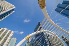 Άποψη γωνίας προοπτικής και underside στο κτήριο γυαλιού στοκ φωτογραφίες με δικαίωμα ελεύθερης χρήσης
