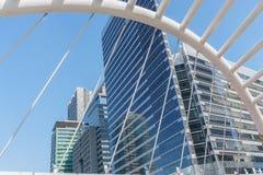 Άποψη γωνίας προοπτικής και underside στο κτήριο γυαλιού στοκ φωτογραφία