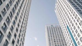 Άποψη γωνίας των άσπρων ουρανοξυστών ενάντια στο μπλε ουρανό Πλαίσιο Φανταστική κάτωθι άποψη απόθεμα βίντεο
