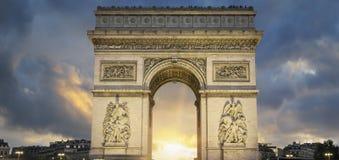 Άποψη διάσημο Arc de Triomphe στο ηλιοβασίλεμα Στοκ Φωτογραφίες