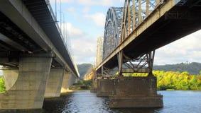 Άποψη δύο κοντινών γεφυρών πέρα από τον ποταμό Dnieper σε Kyiv μια ηλιόλουστη ημέρα φθινοπώρου στοκ εικόνα