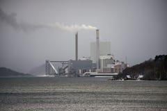 Άποψη εγκαταστάσεων παραγωγής ενέργειας πέρα από λίγη ζώνη στη Δανία στο χειμώνα στοκ εικόνες με δικαίωμα ελεύθερης χρήσης