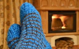 Άποψη εγχώριας άνεσης στις ακαθάριστες κάλτσες και την εστία Στοκ φωτογραφίες με δικαίωμα ελεύθερης χρήσης