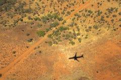 Άποψη εδάφους άνωθεν, με τη σκιά ενός αεροπλάνου στοκ εικόνες με δικαίωμα ελεύθερης χρήσης