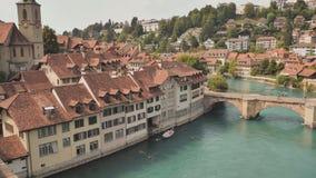 Άποψη εικονικής παράστασης πόλης σχετικά με την παλαιά κωμόπολη με τον ποταμό και τη γέφυρα στην πόλη της Βέρνης στην Ελβετία απόθεμα βίντεο
