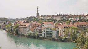 Άποψη εικονικής παράστασης πόλης σχετικά με την παλαιά κωμόπολη με τον ποταμό και τη γέφυρα στην πόλη της Βέρνης στην Ελβετία φιλμ μικρού μήκους