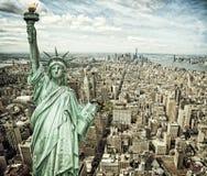 Άποψη εικονικής παράστασης πόλης του Μανχάταν με το άγαλμα ελευθερίας Στοκ Εικόνες