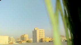 Άποψη εικονικής παράστασης πόλης από πίσω από την καθαρή κινηματογράφηση σε πρώτο πλάνο σιδήρου φιλμ μικρού μήκους