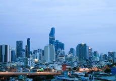 Άποψη εικονικής παράστασης πόλης επιχειρησιακού κτηρίου γραφείων της Μπανγκόκ του σύγχρονου στην επιχειρησιακή ζώνη στη Μπανγκόκ Στοκ Φωτογραφία