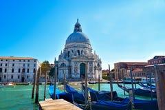Άποψη εικονικής παράστασης πόλης της Βενετίας σχετικά με τη βασιλική χαιρετισμού della της Σάντα Μαρία με τις γόνδολες στο μεγάλο Στοκ εικόνες με δικαίωμα ελεύθερης χρήσης