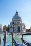 Άποψη εικονικής παράστασης πόλης της Βενετίας σχετικά με τη βασιλική χαιρετισμού della της Σάντα Μαρία με τις γόνδολες στο μεγάλο Στοκ Φωτογραφία