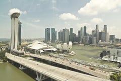 Άποψη εικονικής παράστασης πόλης της Σιγκαπούρης μέσω του παραθύρου Στοκ Φωτογραφία