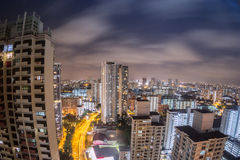 Άποψη εικονικής παράστασης πόλης της Σιγκαπούρης τη νύχτα από ένα διαμέρισμα στοκ φωτογραφία με δικαίωμα ελεύθερης χρήσης
