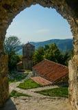 Άποψη εκκλησιών παραθύρων μοναστηριών Nekresi στοκ φωτογραφία