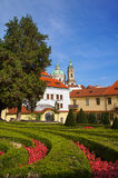 Άποψη εκκλησιών Άγιου Βασίλη από τον κήπο Vrtbovska Στοκ Εικόνα