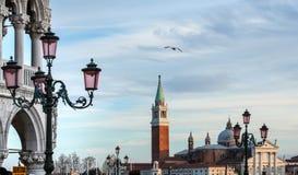 Άποψη εκκλησιών SAN Giorgio Maggiore από το τετράγωνο σημαδιών Αγίου Στοκ Φωτογραφία