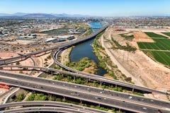 Άποψη ελικοπτέρων άνωθεν μια ανταλλαγή αυτοκινητόδρομων στοκ εικόνα με δικαίωμα ελεύθερης χρήσης