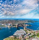 Άποψη ελικοπτέρων της λιμενικής γέφυρας του Σίδνεϊ και του ορίζοντα πόλεων, Austra Στοκ Φωτογραφίες