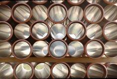 Άποψη εμπρός μέσω πλαστικών σωλήνων των στρογγυλών τρυπών που συσσωρεύονται σε έναν σωρό Αφαίρεση με τη διάμετρο των σωλήνων υπον στοκ εικόνες